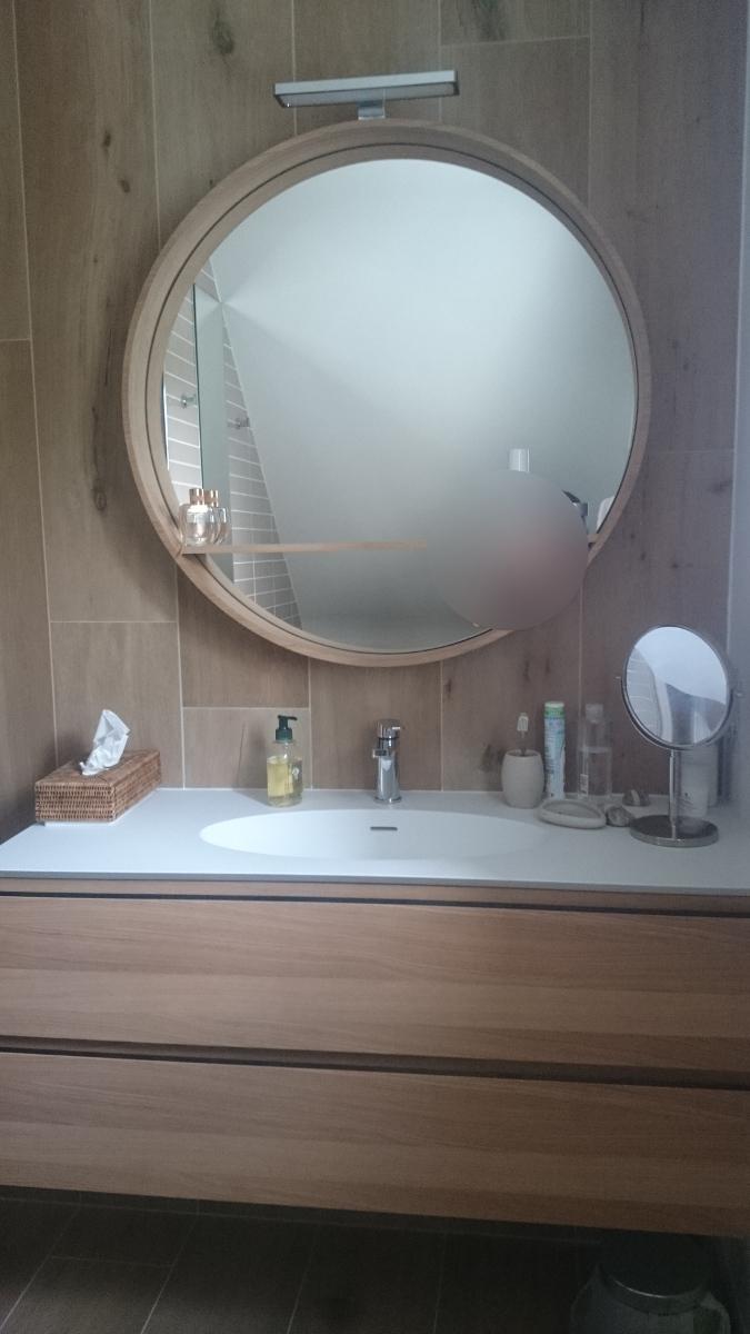 Salle de bain douche sous combles et miroir rond PLOUGONVELIN