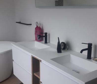 meuble de salle de bain avec robinetterie noire