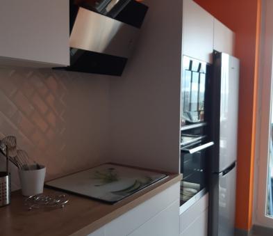 Cuisine PRONORM ton blanc et bois avec faïence carreaux métro blanc diagonal