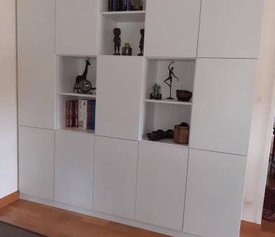 Bibliothèque avec jeu de portes et de niches