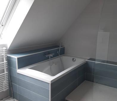 baignoire sous rampant avec tablier carreler