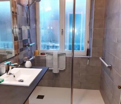 Equipement PMR siège de douche et barre d'appui