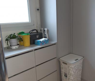Aménagement sous fenêtre avec tiroirs