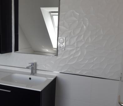 Faience blanche avec decor structuré encadré d'un listel chromé