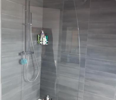 Douche avec colonne pluie receveur en béton de synthèse blanc paroi de douche en verre