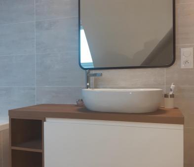 Meuble de salle de bain bois et blanc avec miroir cadre métallique
