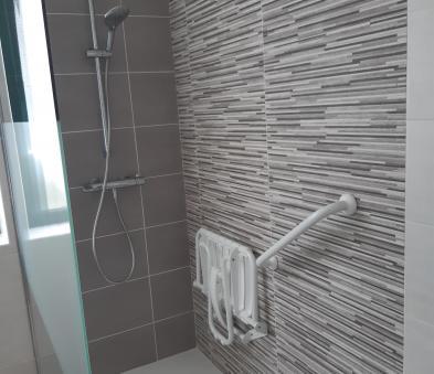 Douche avec équipement PMR barre de relevage et siège de douche
