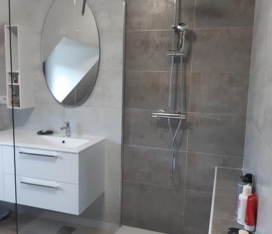 Douche avec façonnage d'un banc , bac extra plat, robinetterie avec douchette de tête