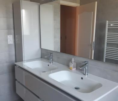 Meuble double vasque avec poignée profil laqué gris clair