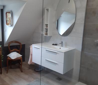 Meuble avec vasque décentré et miroir ovale