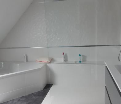 Receveur de douche en resine paroie transparente, faience blanche texturée avec liseret chromé